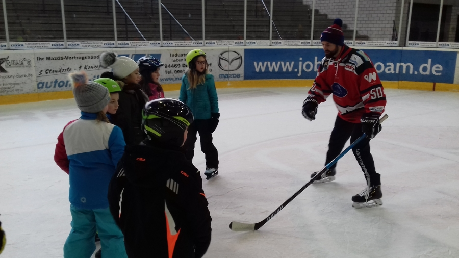 Auf dem Eis mit den Profis: Begeisterung bei den Kindern der Grundschule Hengersberg
